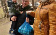 В рамках выездов мобильных бригад осуществляется доставка малоимущим семьям продуктовых наборов